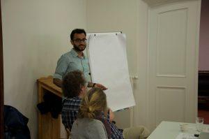Noman Mehmood hält einen Kurzvortrag über die muslimische Community in Lüneburg