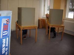WählerInnen im Wahllokal der U18-Wahl in Lüneburg