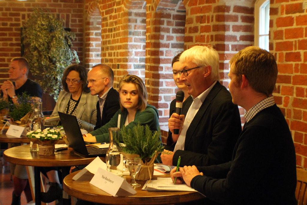 FFF-Podium mit allen Parteivertreter*innen