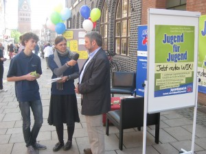 Jannik und Anna im Gespräch mit Oberbürgermeister Ulrich Mädge